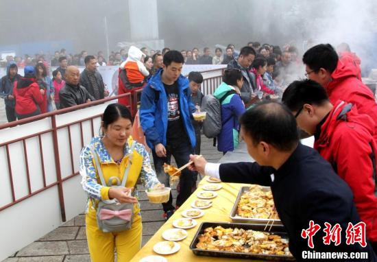 游客在领取金黄煎蛋。