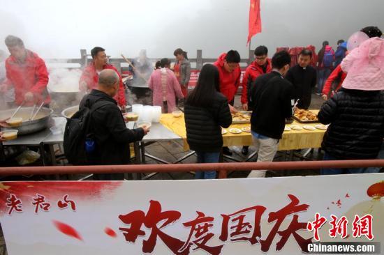 """景区推出""""1元无人售卖农家面"""",吸引上千名游客前来排队就餐。"""
