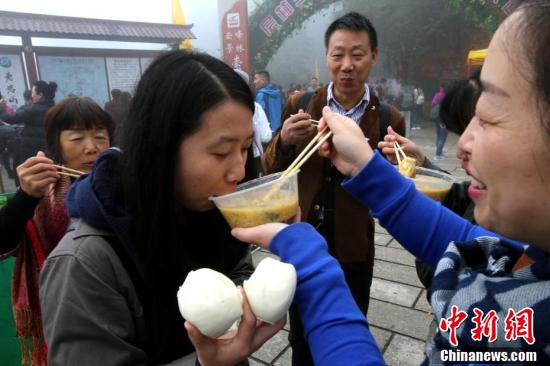 亲友们开心的吃着当地特色玉米糁面条。