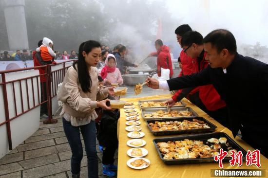 游客在领取金黄煎蛋。 (王中举 摄)