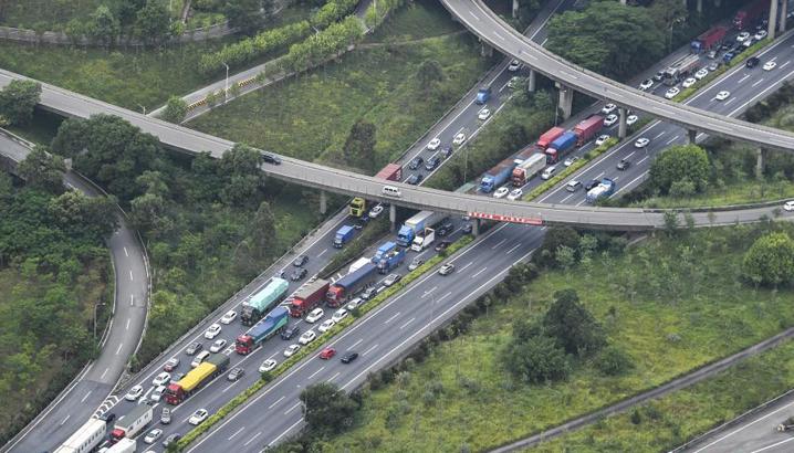 国庆长假结束在即 多地迎车辆返程高峰