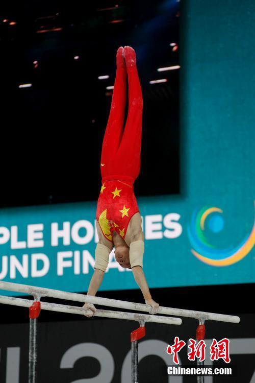 肖若腾在双杠项目的比赛中。 中新社记者 余瑞冬 摄