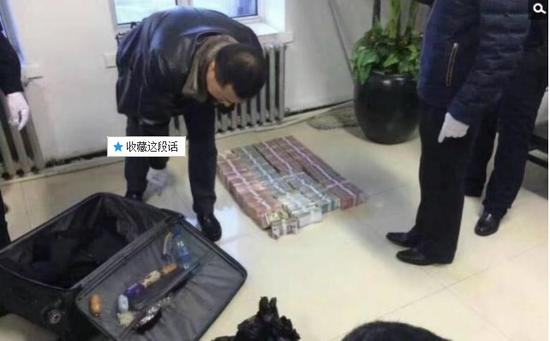 京华时报讯昨天凌晨1点左右,黑龙江省密山市一银行金库发生抢劫案。一名身穿迷彩服男子准备劫取现金时被发现,致一名金库值守人员死亡,随后弃款而逃。目前,该男子尚未归案,案件正在全力侦办中。