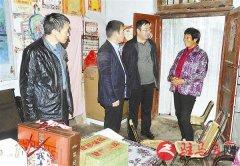 泌阳县人民法院组织人员为贫困户送来月饼等慰问品