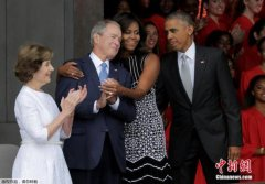 """米歇尔拥抱小布什引热议 媒体笑称""""抱错总统""""(图)"""