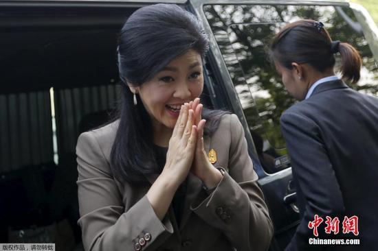 """当地时间2016年4月22日,泰国曼谷,泰国前总理英拉抵达曼谷最高法院,将就""""大米渎职案""""在最高法庭刑事庭接受审讯。前总理英拉在2011年上台后一直推行大米收购惠农政策,以高于市场约50%的价格收购农民手中的大米。但是,英拉下台后,外界批评称这一政策导致泰国的国家财政亏空。指定的立法机构和初级法院对英拉进行司法问责和发起弹劾,英拉被裁定5年内不得从政。"""