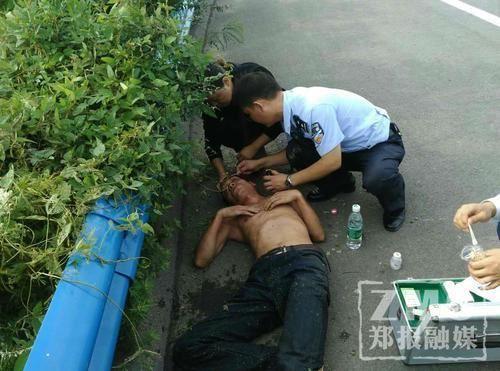 男子发酒疯与父亲争吵与哥哥对打 之后躺水沟大睡