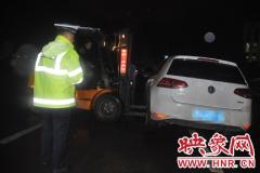 私家车被困路中 登封两交警雨中救援