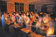 老师带病上课病逝 高考后学生秉烛悼念