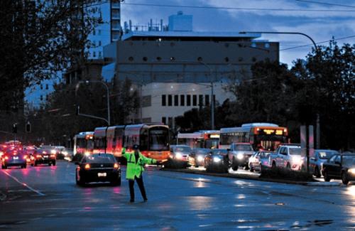 该国气象局说,南澳当天遭遇近年来最强的一股暴风雨袭击,许多树木被连根拔起,屋顶被风刮走,数以千计的住宅和商业用户断电。由于交通灯失灵,汽车堵塞在洪水泛滥的公路上。火车和电车停驶,港口也停运。