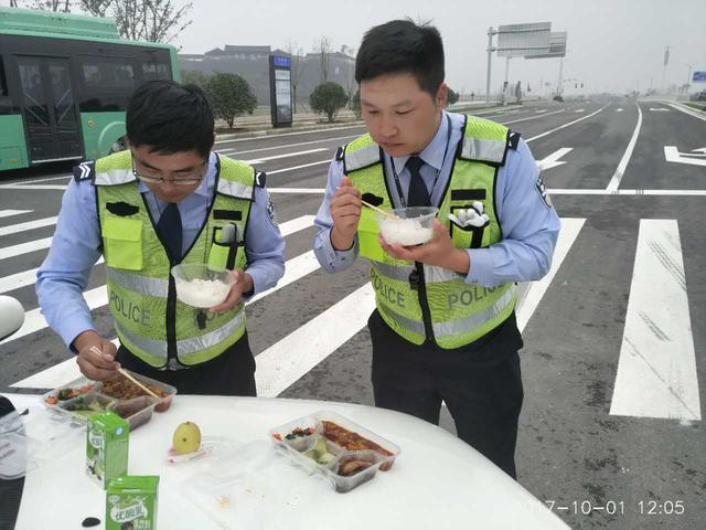 """国庆节郑州交警全员上路执勤 引擎盖常成""""餐桌"""""""
