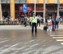 """国庆节郑州交警全员上路执勤 引擎盖成""""餐桌"""""""