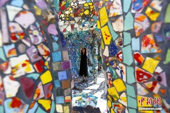 中新网9月30日电 据外媒报道,旧货店的陶瓷、有趣的纪念品和手工制作的瓷砖装饰墙壁和地板,位于美国加州洛杉矶市威尼斯的马赛克瓷砖房是艺术家杜兰(Gonzalo Duran)和妻子潘(Cheri Pann)20年艺术合作的成果。
