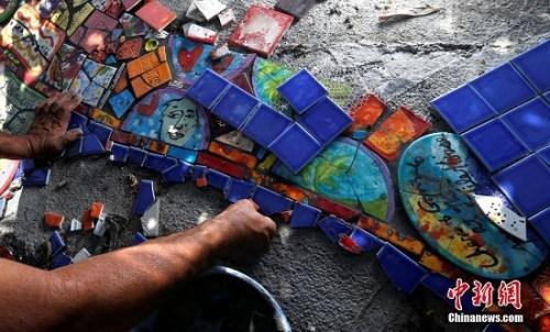 在马赛克瓷砖房里,能够看到各种形状的瓷砖,屋子的一面墙上贴满了情侣们的照片。