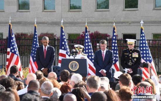 """美国""""9・11""""事件15周年纪念日,美国总统奥巴马出席在五角大楼""""9・11""""纪念园举办的纪念活动,为遇难者默哀,敬献花环,并面向全美发表讲话。 中新社记者 张蔚然 摄"""