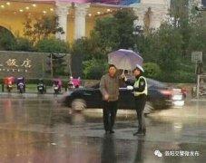 """超暖心!全城寻找""""撑伞sir""""!洛阳交警要向您致谢!"""