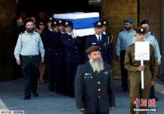 巴以领导人在佩雷斯葬礼前短暂交谈 相互握手