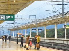 在火车站台撑伞会触电?铁警:确有这种可能性