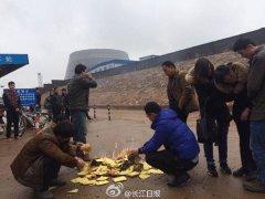 江西电厂事故受害者家属在冷却塔外祭奠亡灵(图)