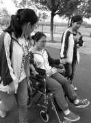 确诊骨癌后放弃休学 她坐着轮椅参加高考