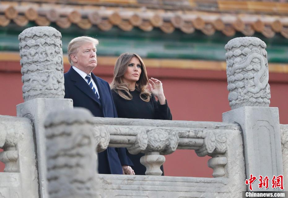 11月8日,中国国家主席习近平和夫人彭丽媛陪同来华进行国事访问的美国总统特朗普和夫人梅拉尼娅参观故宫博物院。图为美国总统特朗普和夫人梅拉尼娅参观故宫前三殿。中新社记者 杜洋 摄