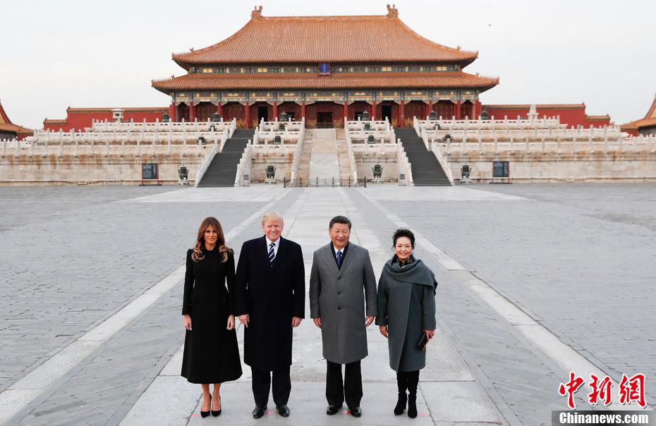 11月8日,中国国家主席习近平和夫人彭丽媛陪同来华进行国事访问的美国总统特朗普和夫人梅拉尼娅参观故宫博物院,并在太和殿广场合影。中新社记者 杜洋 摄