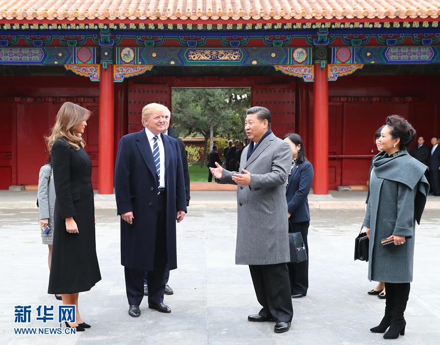 11月8日下午,国家主席习近平和夫人彭丽媛在北京故宫博物院迎接来华进行国事访问的美国总统特朗普和夫人梅拉尼娅。两国元首夫妇在宝蕴楼简短茶叙。新华社记者 谢环驰 摄 图片来源:新华网