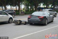 全新摩托车追尾全新玛莎拉蒂 双双受损
