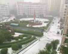 """暴雨冰雹突袭哈尔滨 街道成""""冰河"""""""