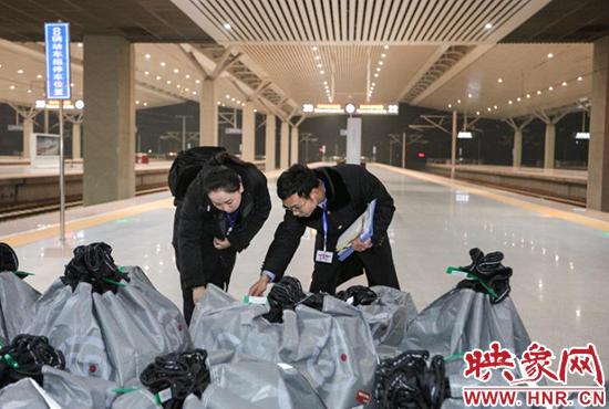 """早上7点34分,首趟带着""""双十一""""零点人们刚刚下单订购的货物,从郑州车站开往上海虹桥站"""