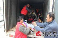 在市义工协会的组织参与下,由爱心师生和居民捐赠1260余件爱心衣送给贫困学生