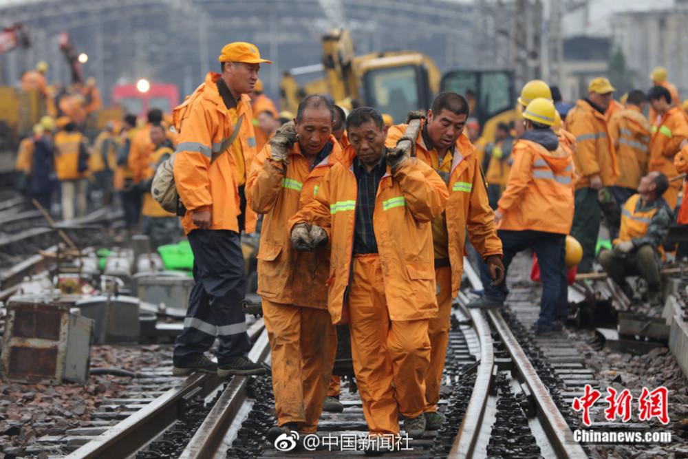 """郑州站建于1904年,被誉为中国铁路网的""""心脏"""",这次施工是中国铁路历史上一次性更换道岔最多、周期最长、施工难度最大、影响列车(1200余列停运)最多的一次施工。"""