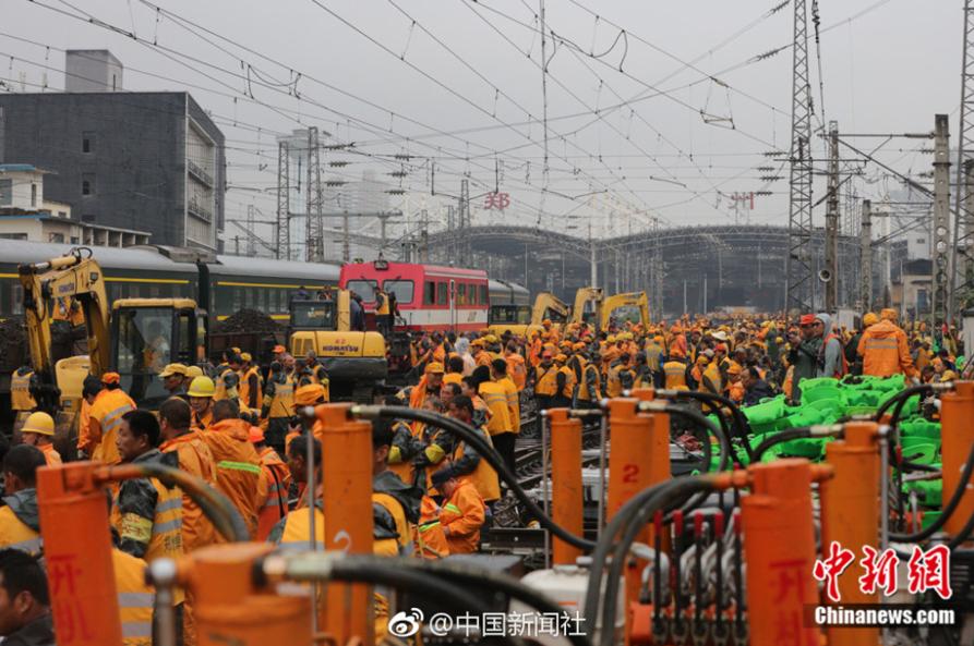 以后,小伙伴们在郑州站乘车将体验到列车通过能力明显增强、运行更加平稳。