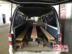 """真能""""装""""!郑州一面包车准载6人实载26人 车座改成长木凳"""