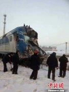 黑龙江一货车闯入铁道口与火车相撞 幸无伤亡(图)