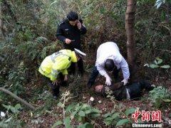 四川北川一轿车坠下15米高山崖自燃 司机奇迹生还