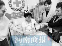"""熊猫血女孩捐献""""生命种子"""" 受助小男孩变成""""小熊猫"""""""