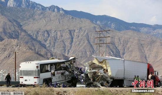 据外媒报道,当地时间10月23日清晨,一辆旅游大巴在美国加州南部棕榈泉附近的高速公路上与半挂卡车相撞发生交通事故,目前已造成13人死亡,31人受伤。