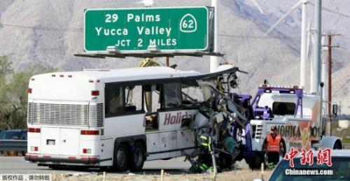 另据《今日美国》报道,整个上午,消防员都在尽量抢救受害者。由于旅游大巴撞入大卡车后挂车厢,一辆拖车要把卡车车厢拉起来,以便救援人员进入毁坏的车辆。另一拖车则把卡车拉动,离开大巴。