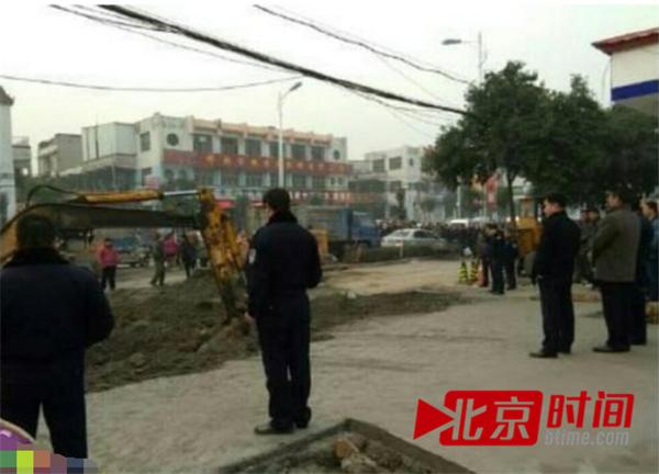 百余名城管队员围堵交警队,动用铲车、钩机挖沟。