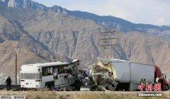 美国加州旅行大巴遭遇车祸 致至少13人死多人伤