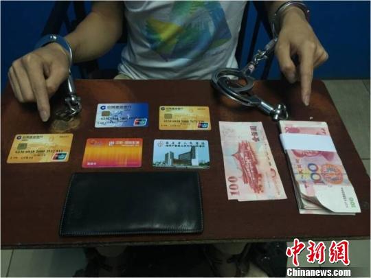 警方收缴的作案工具及现金 黄和平 摄
