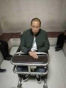 男子郑州街头偷手机被抓 同伙勒住民警脖子威逼放人
