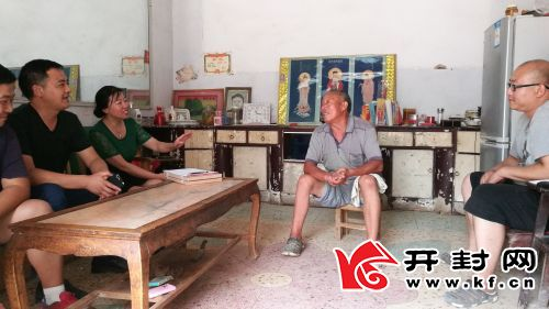 刘玉荣和渠长健到贫困户家中走访。全媒体记者 赵虎 摄