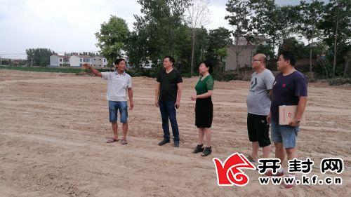 刘玉荣和渠长健等查看前柏岗村文化广场建设进度。
