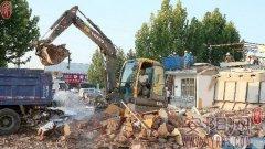 银杏大街街道办事处组织人员对辖区违法建筑进行拆除