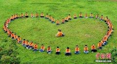 江西小学生拍创意毕业照纪念自己学习生活