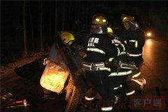汤阴凌晨突发车祸 被困人员15分钟被救出送医