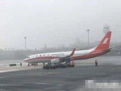 网传上航一飞机前轮滑出滑行道 记者证实消息属实
