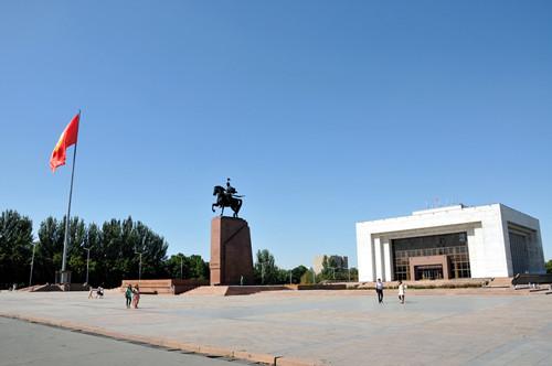 中新网11月2日电 对于李克强总理此访,吉尔吉斯斯坦各界高度期待。当地主流媒体均在显著位置发表中国总理即将来访消息。吉尔吉斯斯坦议长、社会民主党主要领导人图尔松别科夫表示,相信李克强总理此访将为两国双边关系进一步发展、两国各领域深化合作注入强劲动力。